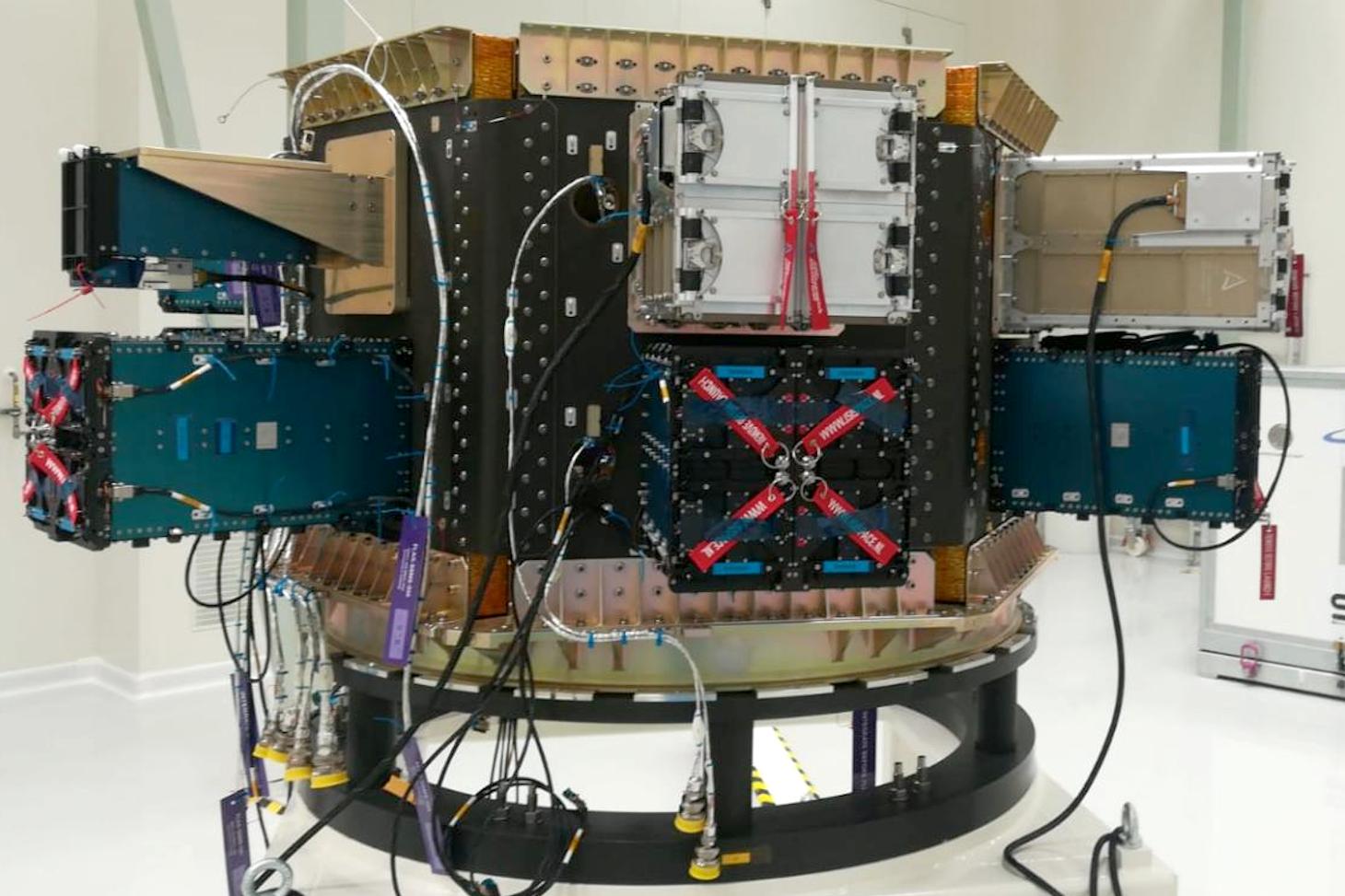 Assemblage des différents nano-satellites tels qu'ils seront dans la fusée. AMICal Sat, dans son POD, en haut à gauche de la photo ©SAB Aérospace