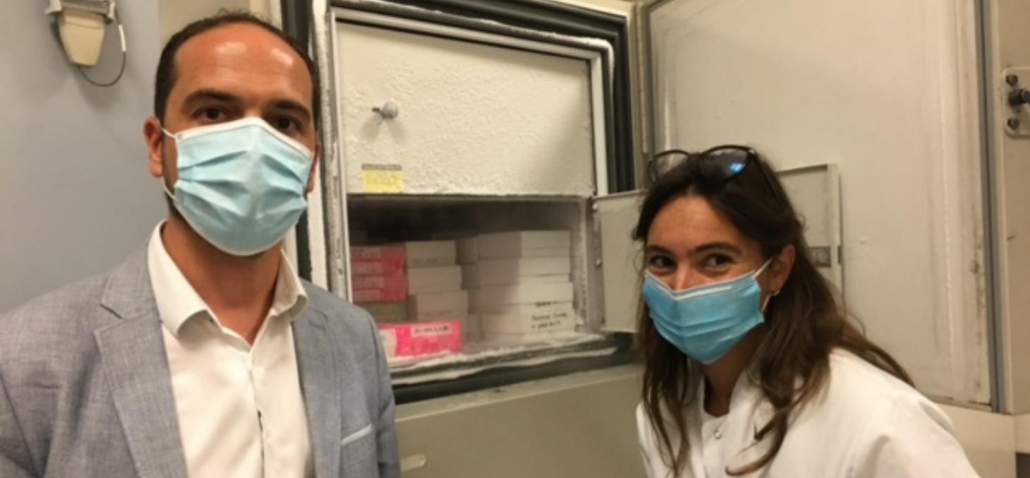 Jean David Barbe, Délégué départemental  MGEN Isère et Dr Audrey Le Gouellec devant le congélateur biobanking