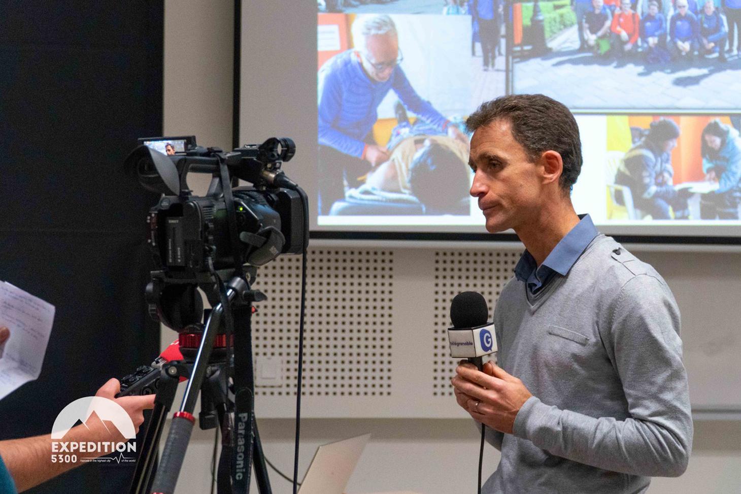 Samuel Vergès, chercheur Inserm au laboratoire HP2, responsable de l'expédition répond aux questions des journalistes ©Axel PITTET