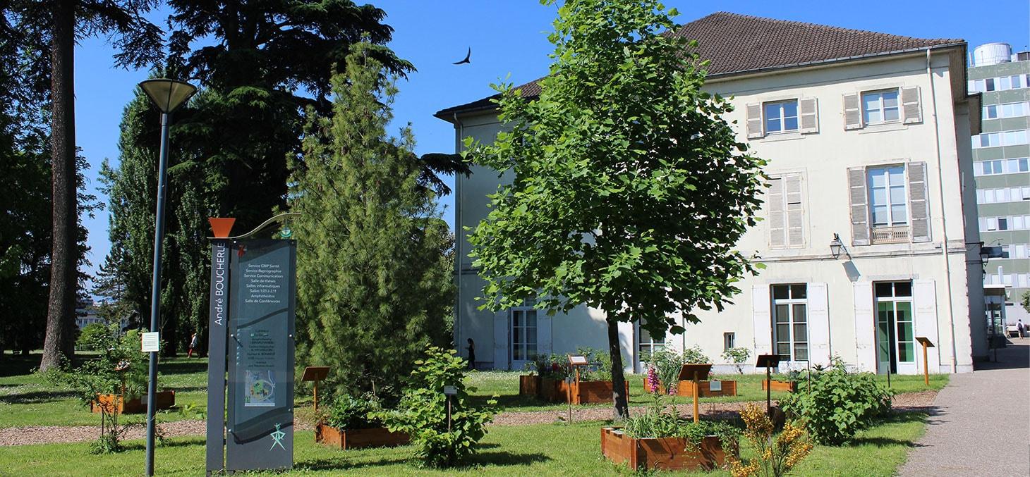 """Le """"Mas de Saint-Ferjus"""" abrite le bâtiment administratif de la Faculté de Médecine et de Pharmacie de l'Université Grenoble Alpes. © Nathalie Deschamps"""