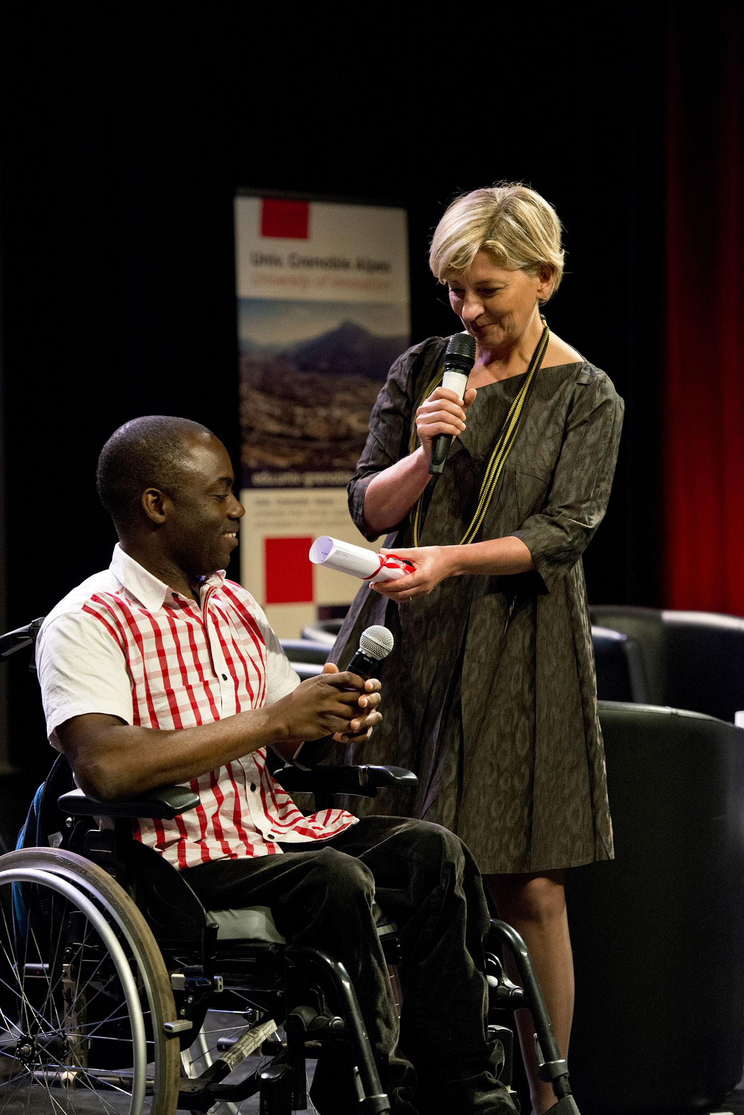 Anne-Catherine Ohlmann, Directrice Générale de la Fondation UGA remettant la bourse coup de pouce à Gérard Kologo, étudiant en M2 psychologie du travail à l'UGA