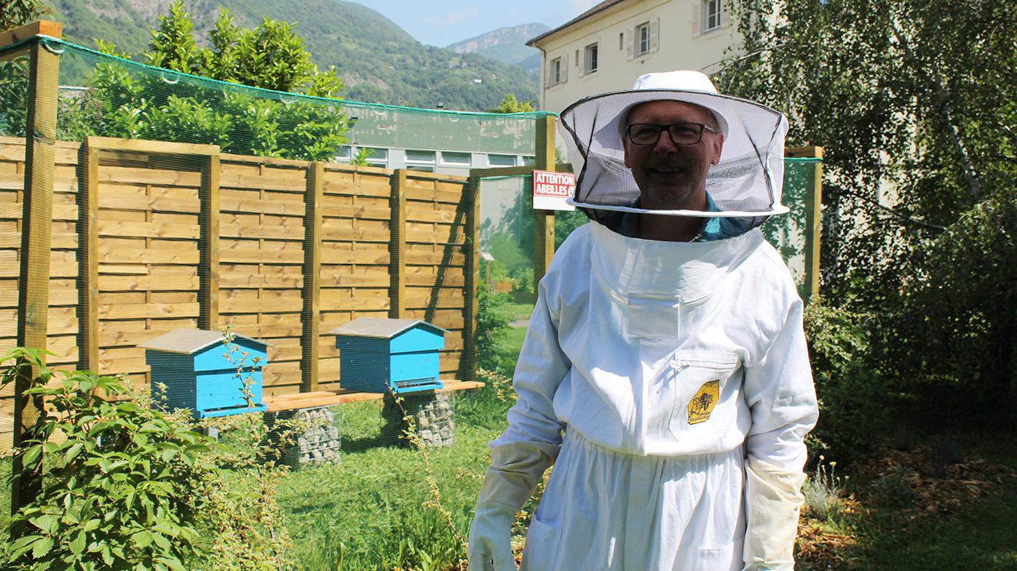 La tenue d'apiculteur est de rigueur pour intervenir dans le rucher